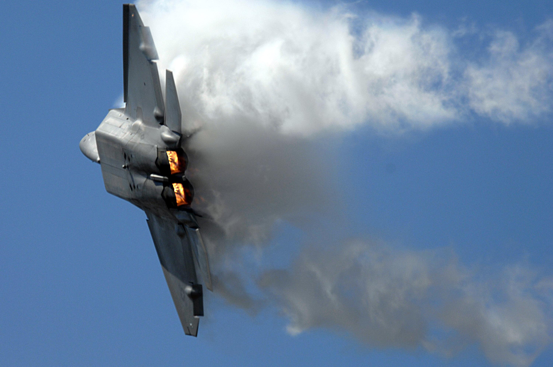 Стелс истребители f-35c на авианосце / взлет и посадка